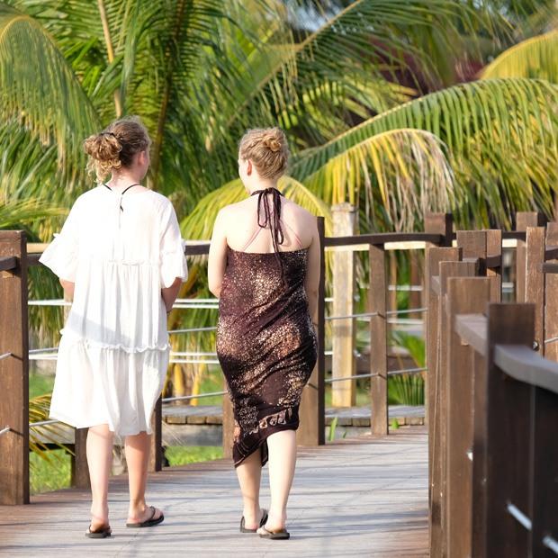 pigerne på vej op til restauranten ved cayo levisa