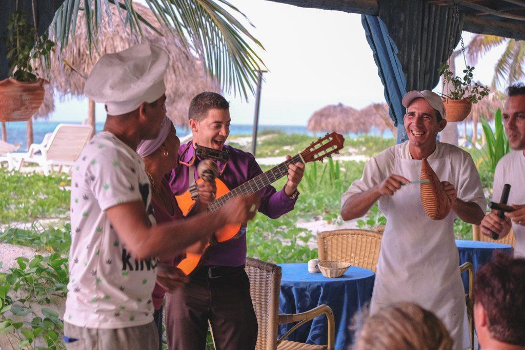 musik og dans ved aftensmaden på restauranten ved cayo levita