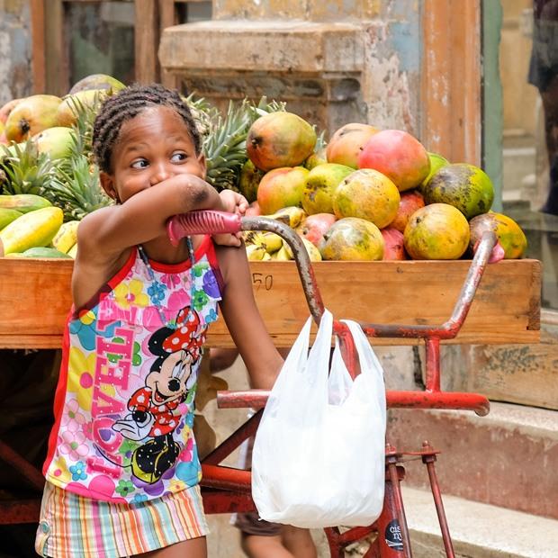en pige der sælger frugt i havana