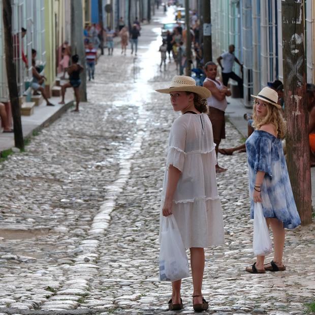 pigerne hygger i gaderne og shopper