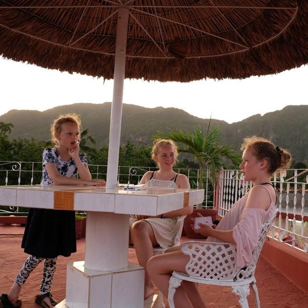 pigerne hygger sig på taget af casaen
