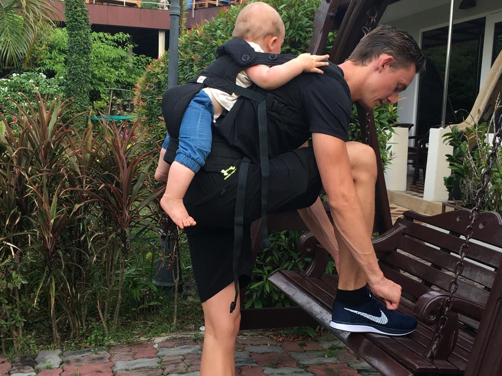 godt med en bæresele når babyen bliver træt på rejsen til phuket