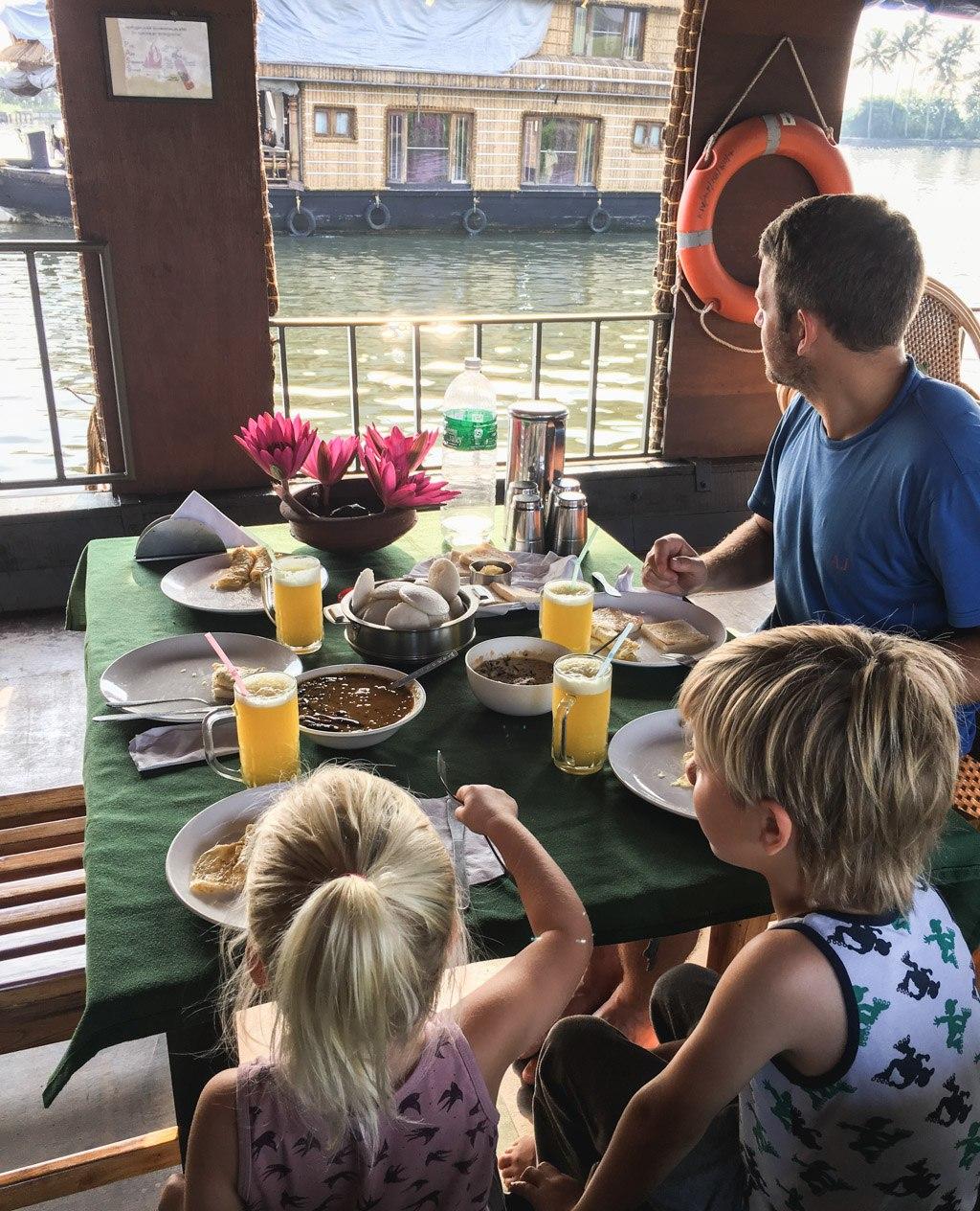 skøn udsigt over floden i alleppey når vi spiser morgenmad