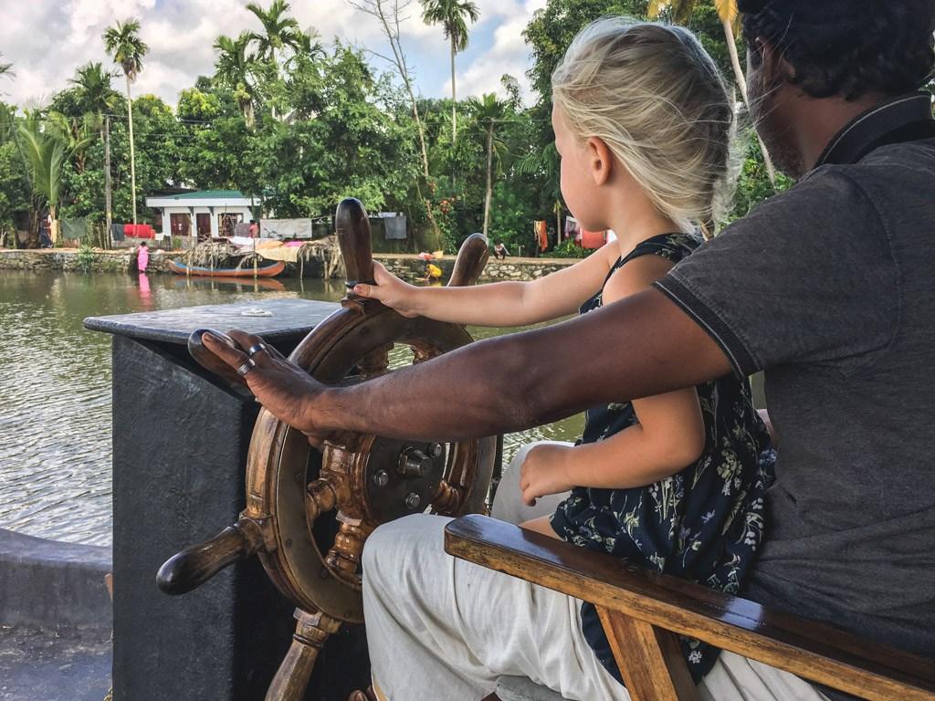 børnene kan også prøve at sejle prammen på floden