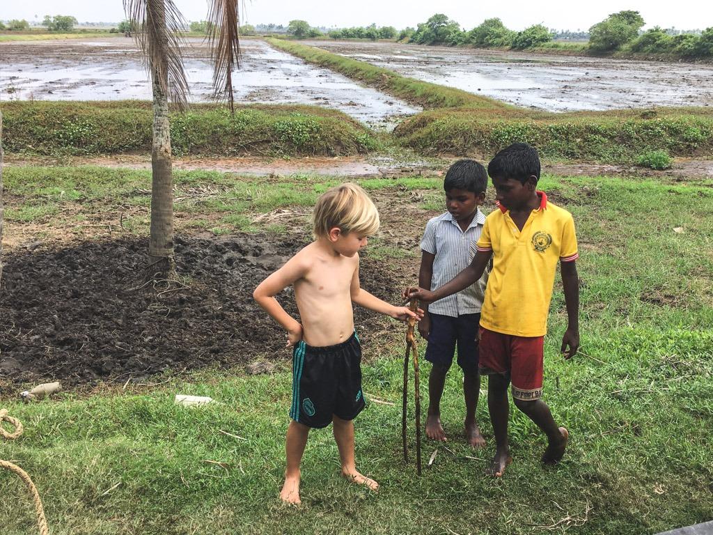 drengene lejer ved vandbredden i alleppey