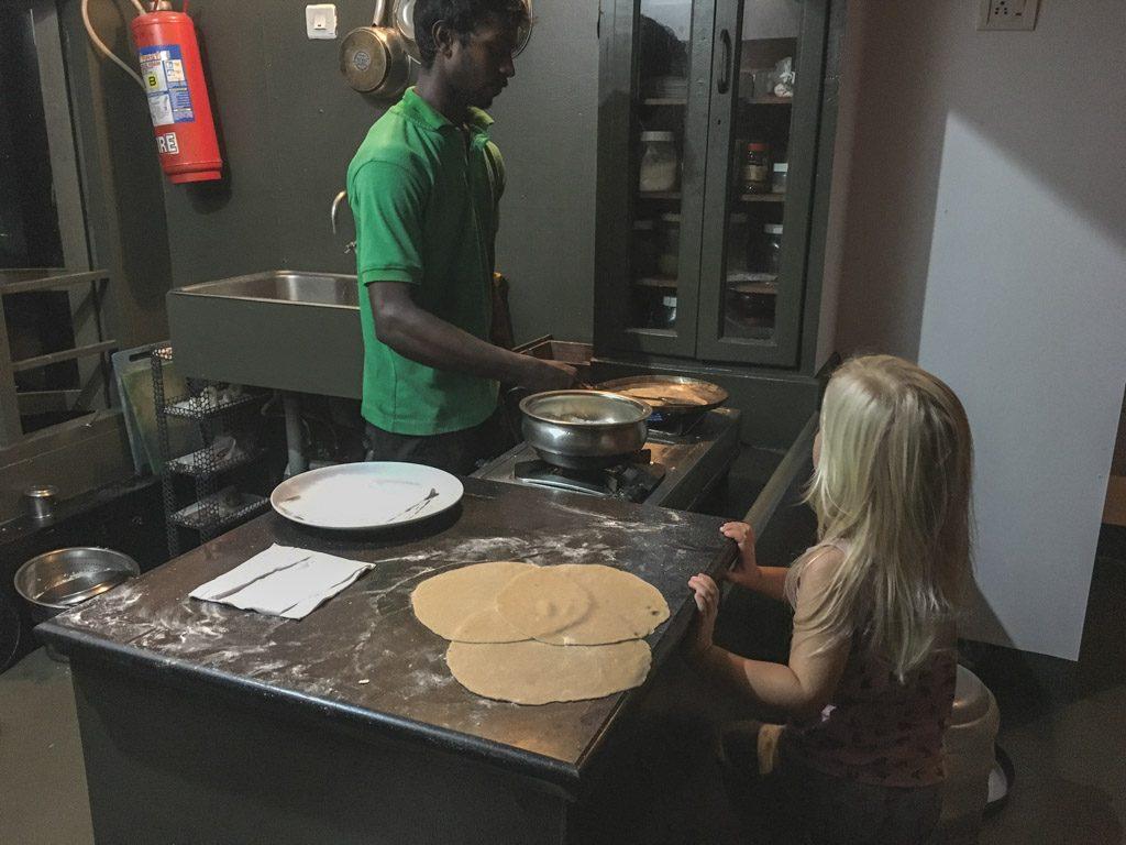 vi hjælper med madlavningen inden sengetid på husbåden backwaters kerala alleppey