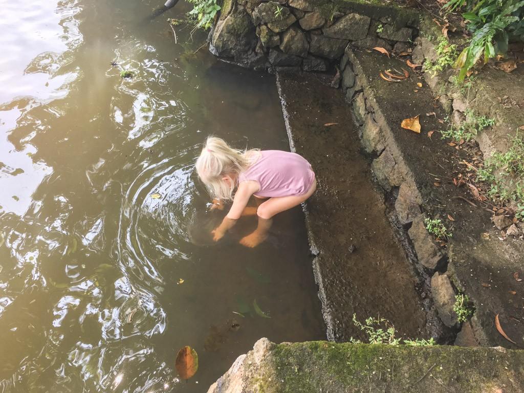 og der leges ved vandet ved ourland