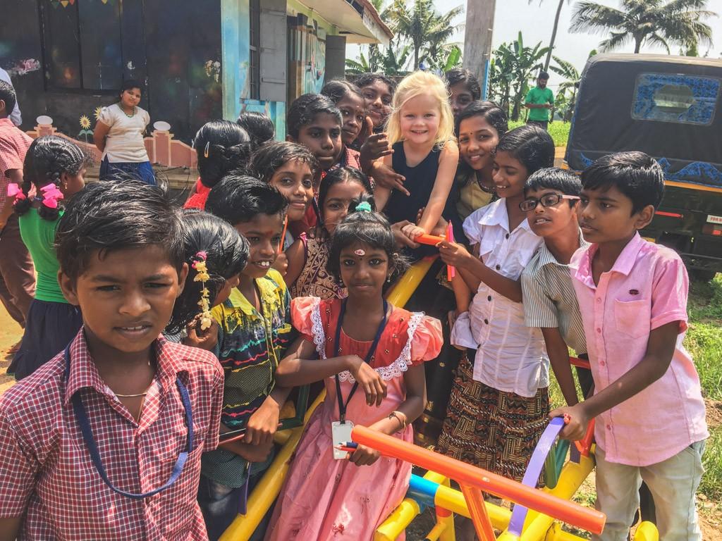 masser af børn i indien der vil i kontakt