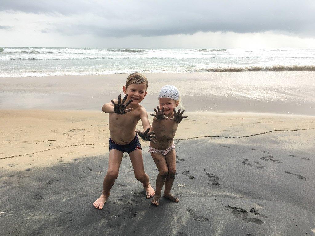 hygge ved stranden i varkala med børnene