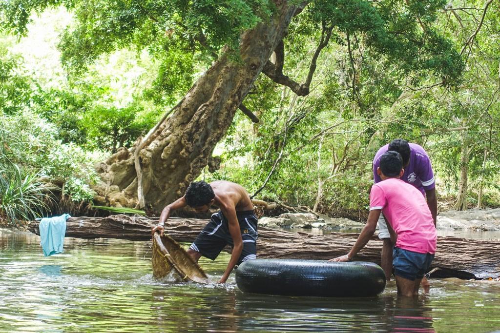 hygge med finde gems i floden ved galapita