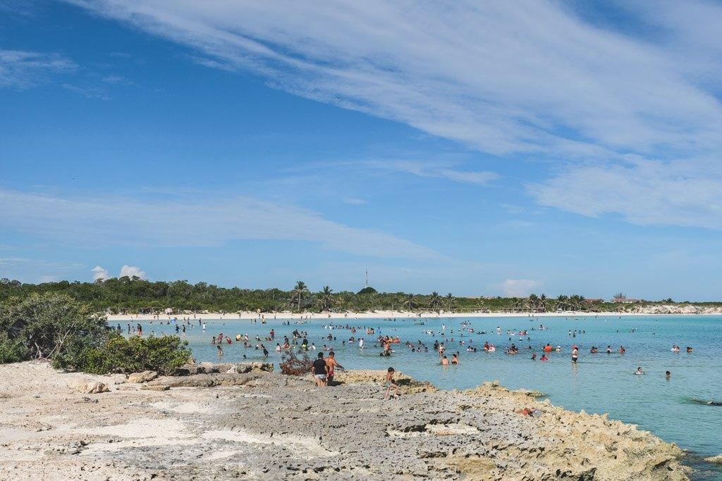 de lokale fylder strandene om søndagen på cayo coco