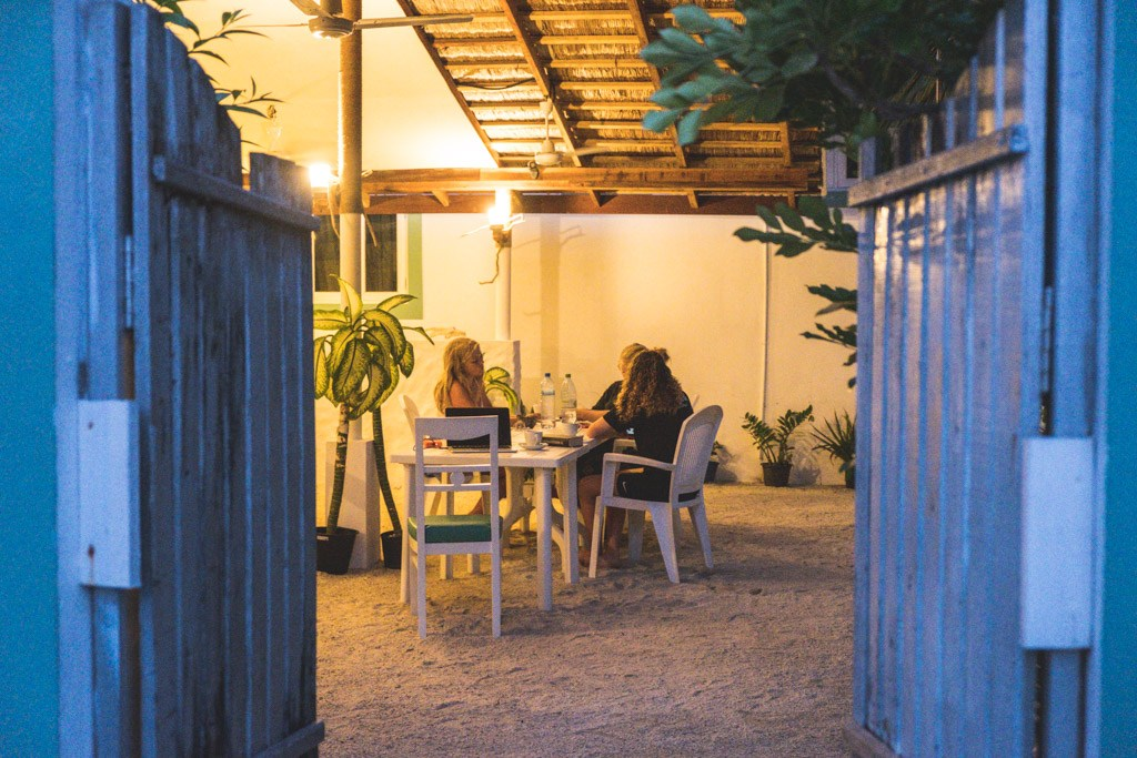 hygge om aftenen i restauranten vaali beach lodge