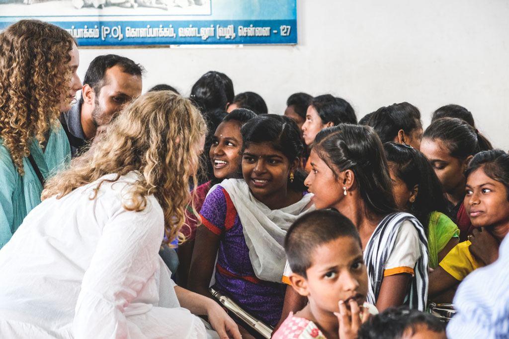 pigerne snakker med børnene på børnehjemmet