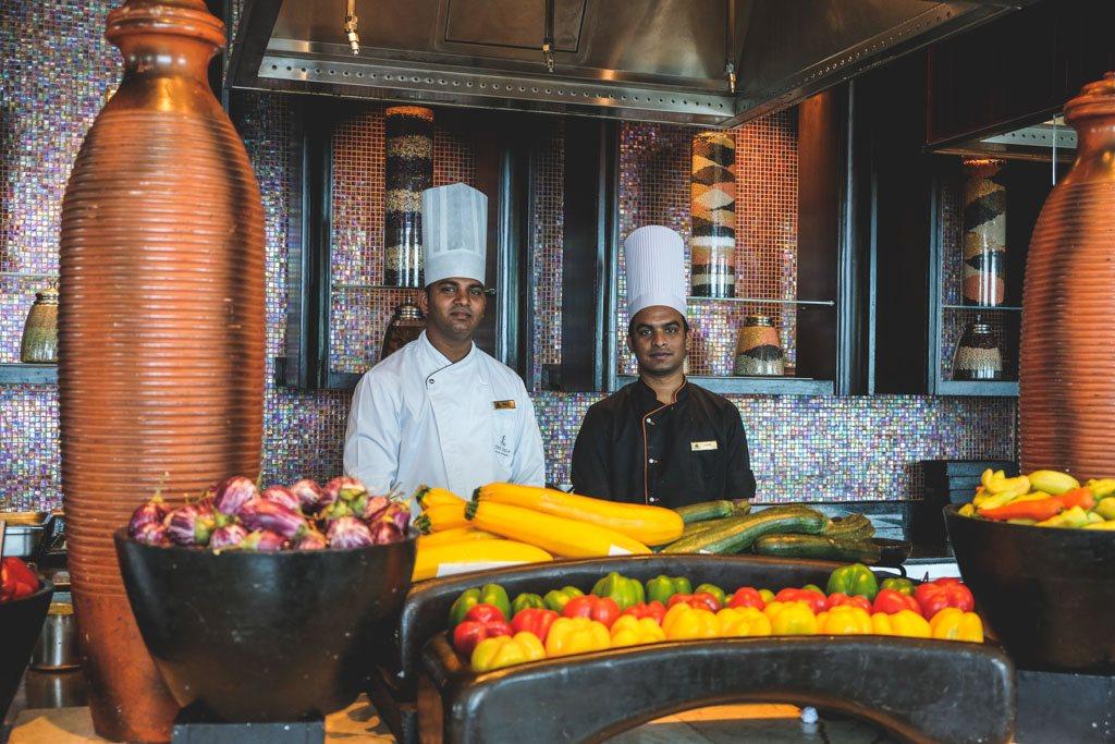 de søde kokke er klar til at hjælpe i buffeten på leela i chennai