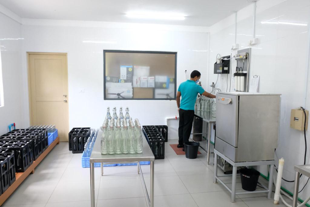 Renset havvand hældes på glasflasker