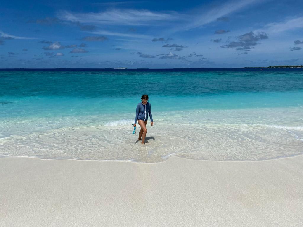 Der findes god snorkling ved revet, som man kan gå ud til fra stranden