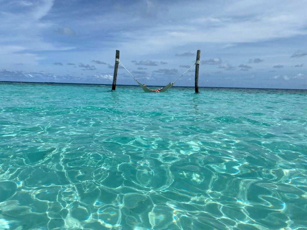 Dagdriveri i hængekøjen ude i vandet