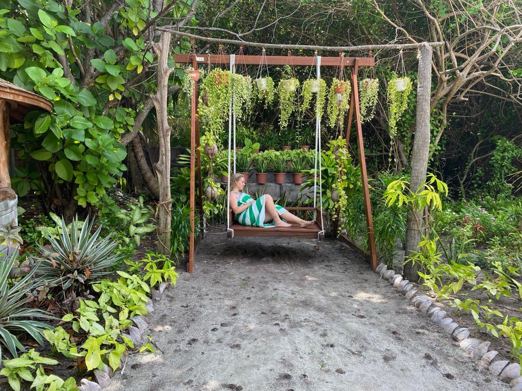 Frodighed og små krukker med planter på Reethi Faru