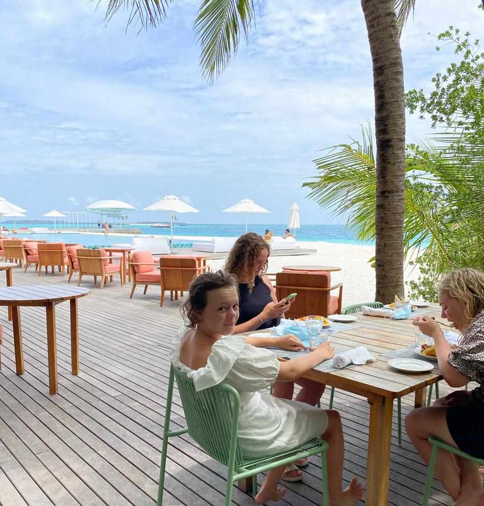Frokost udenfor -  hovedrestauranten på The Standard Maldives