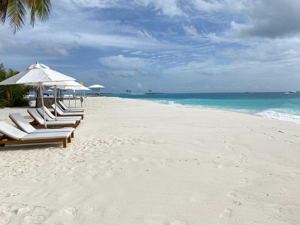 Stranden ved hovedbygningen på The Standard Maldives
