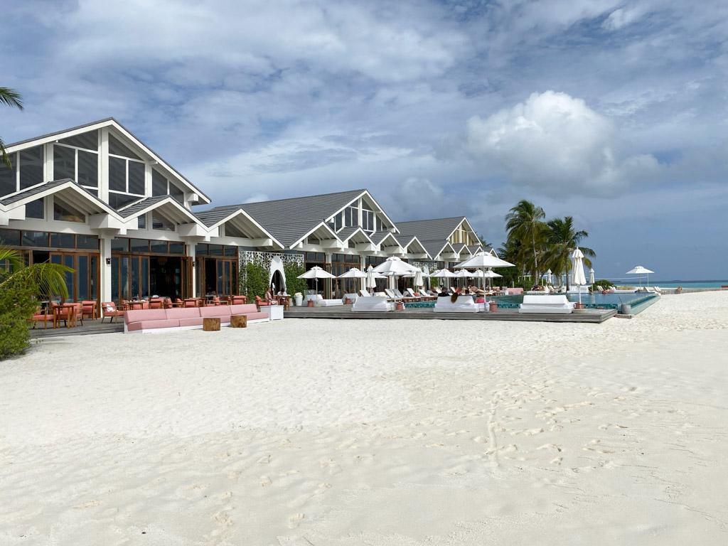 The Standard Maldives - hovedbygningen og poolen