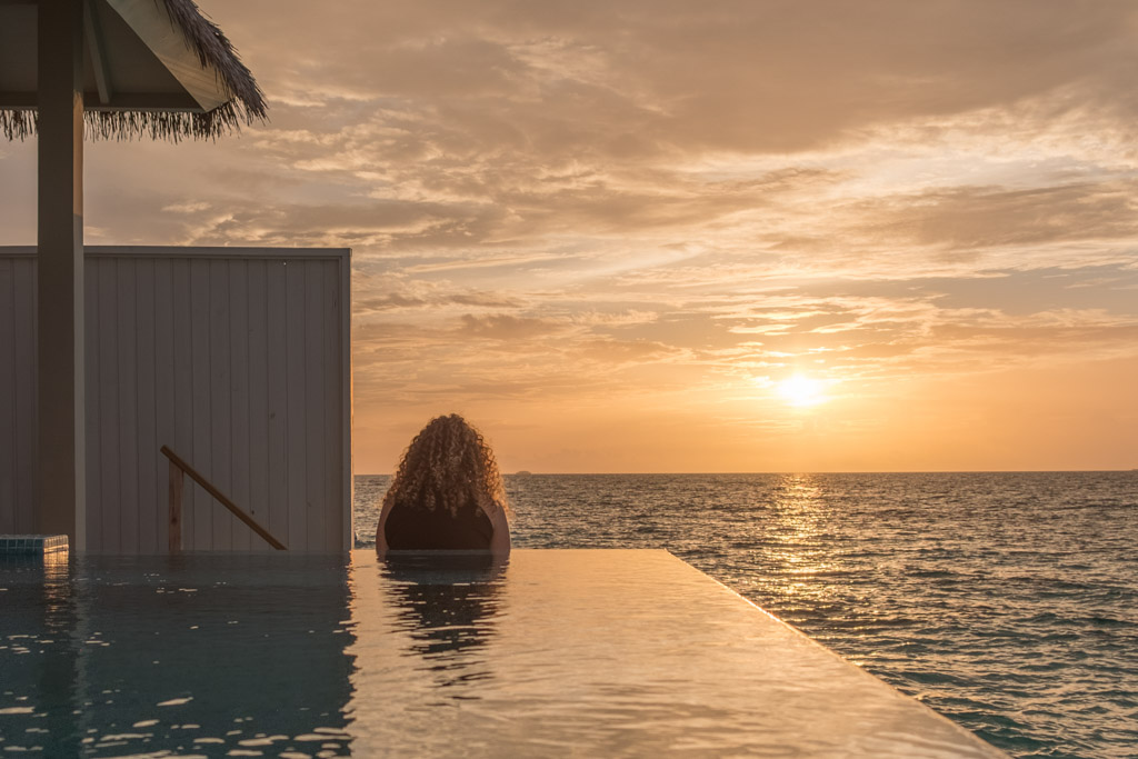Solnedgangen fra vores pool på The Standard Maldives